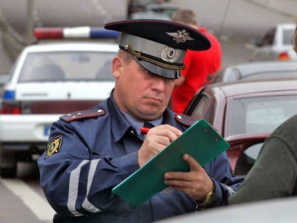 Инспектор ГИБДД составляет протокол