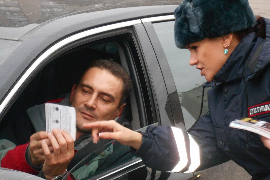 Инспетор дает разъяснения водителю