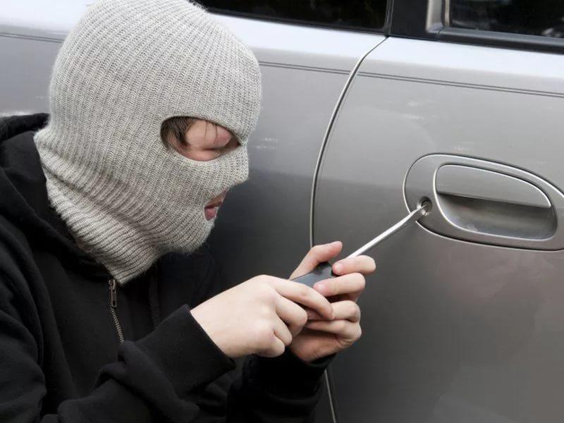 вскрывает дверь автомобиля