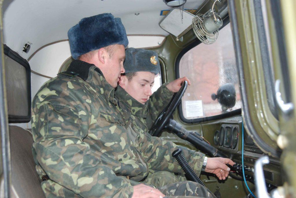 Обучение вождению солдата-срочника