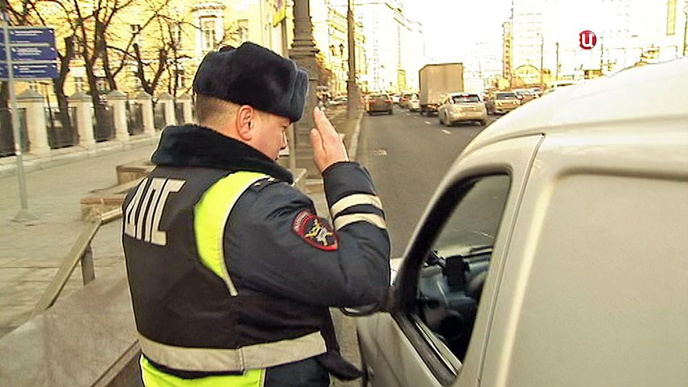 Инспектор ГИБДД остановил авто