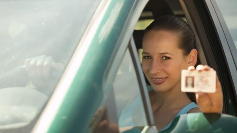 Девушка с водительским удостоверением